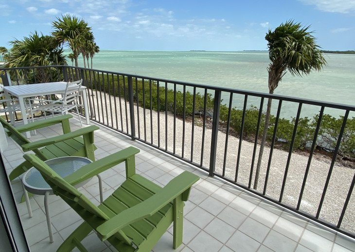 This wrap-around balcony and these views! Grab a book! Grab a margarita!