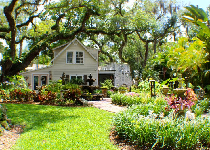 """The two-story Vacation Carriage House at """"9 Oaks""""!"""
