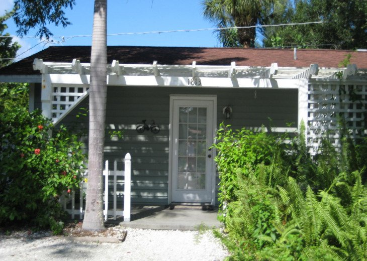 "Charming Studio In ""Old Florida"" Setting #1"