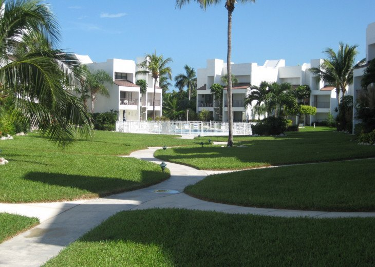 PRIVATE BEACH--LARGE POOL--EASY ACCESS: DINING/FISHING/DIVING #1